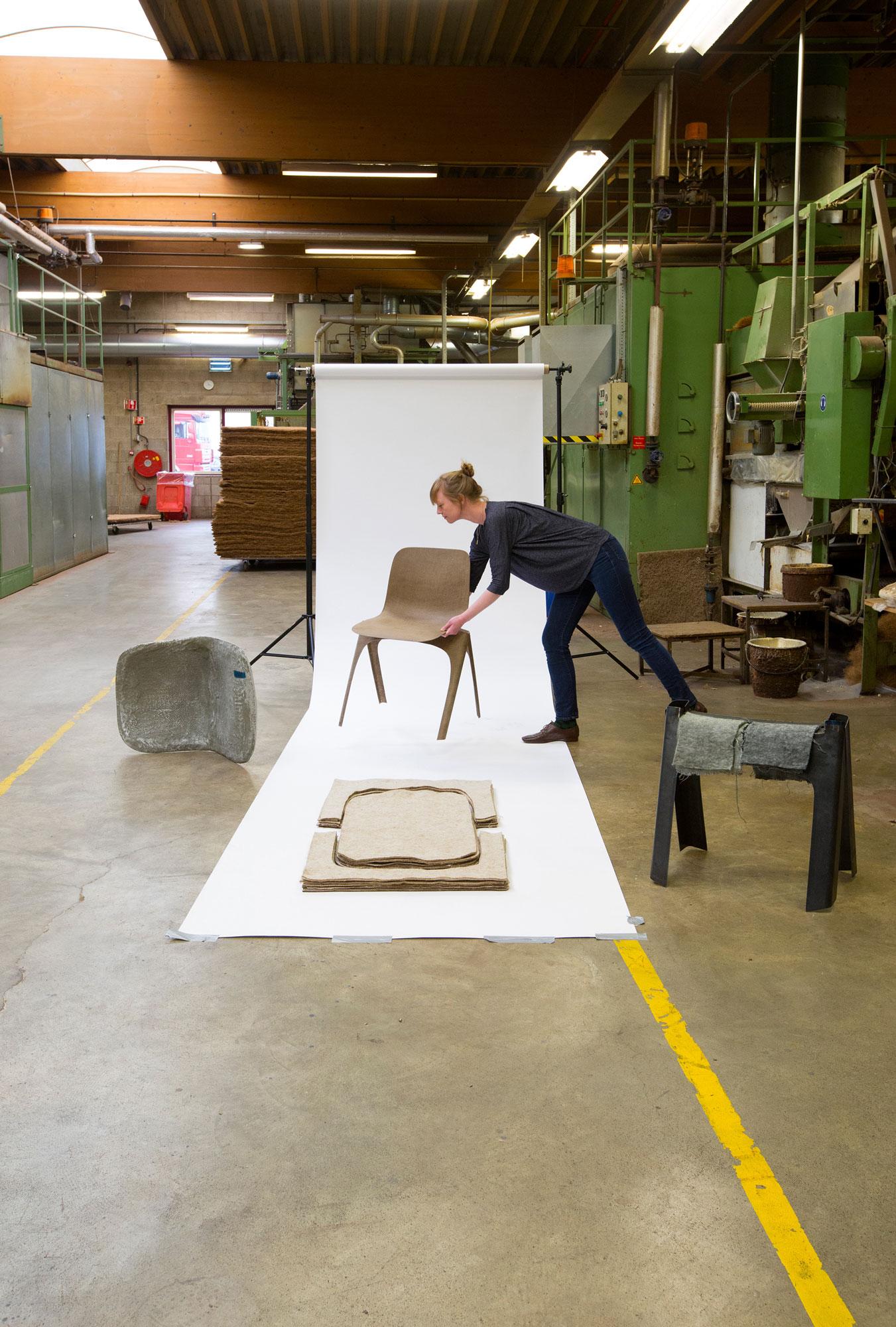 Christien Meindertsma mit dem Flax Chair, 2015. © Studio Aandacht.